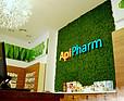 ApiPharm - Zielona ściana z mchu w nowoczesnej aptece